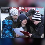 Участники соревнований читают задания и изучают карту района