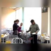 Дежурные в столовой накрывают столы