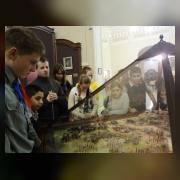А.К. Тучапский рассказывает о сражении при Кунерсдорфе 1 августа 1759 года, ребята изучают макет-реконструкцию сражения