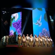 Хор мальчиков сопровождает слайдовую композицию о Ленинграде