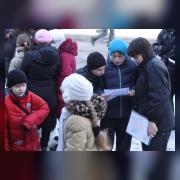 Участники соревнований читают задания