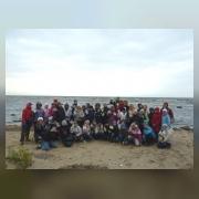 Участники трудового десанта на берегу Финского залива в «боевой готовности»