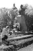 Блокадные огородные грядки в Саду Трудящихся (ныне Александровский сад) у памятника Н.М.Пржевальскому.