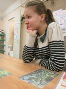 Вероника внимательно слушает ответы младших